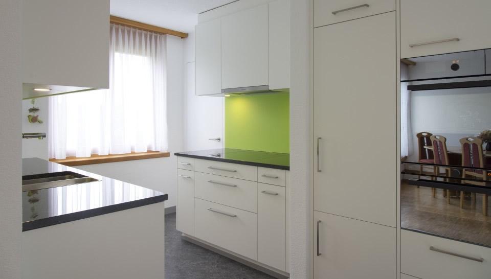 Kuche weiss grun massivholztischech for Küche hellgrün
